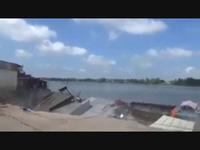 Toàn cảnh 14 căn nhà ở ấp Mỹ Hội, xã Mỹ Hội Đông bị kéo sụp xuống sông vào sáng 22/4