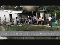 Du khách thích thú với đàn cá lóc bay của anh Lê Trung Tín