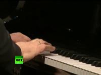 Tổng thống Nga Vladimir Putin hát tại sự kiện gây quỹ