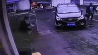 Em bé 3 tuổi thoát chết thần kỳ sau khi bị ô tô chèn qua người