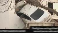 """Ô tô """"bay"""" đâm xuyên tường tòa nhà"""