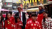 """Đại sứ Thụy Điển đi chợ Tết, hát """"Chúc Mừng Năm Mới"""""""