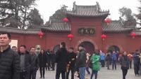 Phẫn nộ du khách Trung Quốc trèo lên ngựa cổ ngàn năm chụp hình