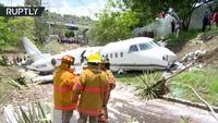 Máy bay Mỹ gẫy làm đôi tại sân bay nguy hiểm bậc nhất thế giới