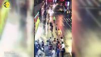 Biển quảng cáo đột ngột rơi trúng người đi bộ Trung Quốc làm 3 người chết