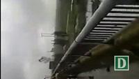 Người đàn ông ném cả xe rác xuống sông khiến người dân phẫn nộ.