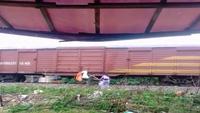 Người dân treo từng bao tải rác bên ngoài tàu hỏa, nhờ tàu... chở rác đi nơi khác
