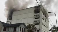 video: Đang cháy lớn tại karaoke Kingdom, cột khói bốc cao hàng chục mét