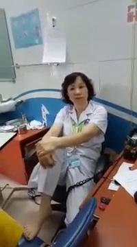 Clip bác sĩ BV Mắt Trung ương ngồi co chân lên ghế tranh luận với bệnh nhân.