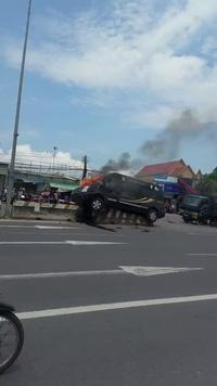 Chiếc xe khách Limousine lao lên dãi phân cách và bốc cháy