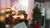 Căn nhà chứa nhiều bình gas bốc cháy ngùn ngụt