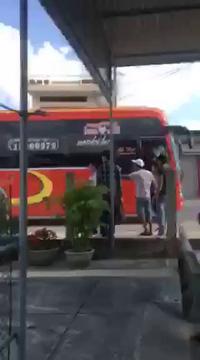 Côn đồ vây xe khách
