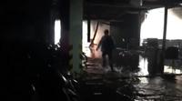Máy bơm bất ngờ bốc cháy ngay cửa hầm chung cư