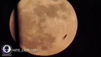 """Cư dân mạng """"nháo nhào"""" vì vật màu đen kỳ bí lướt qua Mặt Trăng"""