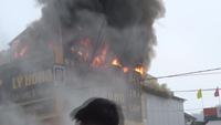 Lửa thiêu cháy cửa hàng điện tử (Video: Đình Tỷ).