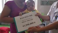Trao quà nhân ái đến 2 cháu bé ở Nghệ An.