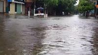 Đường phố Vinh ngập sâu sau mưa lớn