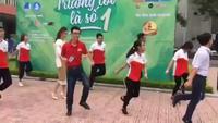 Mang giày cao gót, Á hậu Huyền My vui vẻ nhảy flashmob cùng sinh viên