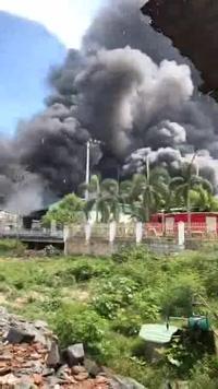 """Bình Định: """"Vòi rồng"""" khói đen đặc từ đám cháy dữ dội tại cơ sở sản xuất nhôm, nhựa"""