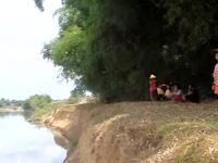 """Bình Định: Lo sông """"nuốt"""" nhà, dân phản đối khai thác cát."""
