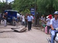 """Bình Định: Bụi """"tra tấn"""", dân bức xúc chặn đường cấm xe tải"""