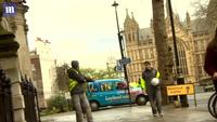 Đoàn xe chở Thủ tướng Anh rời khỏi quốc hội sau vụ tấn công khủng bố