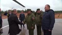 """Tổng thống Putin mang ống nhòm thị sát tập trận """"khủng"""" của Nga"""