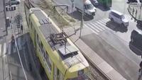 Bị xe điện cán mất chân vì mải nhắn tin điện thoại