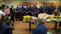 Tổng thống Trump tự tay phát đồ ăn cho lính Mỹ nhân lễ Tạ ơn