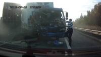 Hai xe tải đâm trực diện, tài xế thoát chết thần kỳ