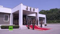 Lãnh đạo Hàn - Triều ôm nhau thân mật trong cuộc gặp bất ngờ lần hai