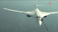 Cận cảnh màn tiếp liệu cực khó của máy bay ném bom Nga
