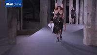 """Người mẫu trình diễn thăng bằng """"cực đỉnh"""" tại Tuần lễ Thời trang Paris"""