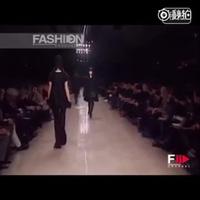 Lưu Văn catwalk trong show của Burberry tại Tuần lễ Thời trang Milan
