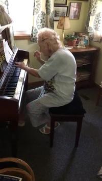"""Ngưỡng mộ bà cụ chơi nhạc cổ điển với phong cách """"bá đạo"""""""