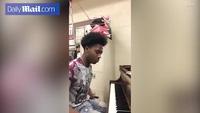 Cảm phục thanh niên khuyết tật chơi đàn piano điệu nghệ