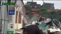 Phá dỡ nhiều ki-ốt, cửa hàng xây dựng trái phép trên vỉa hè Hà Nội