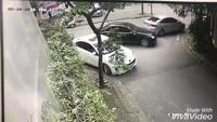"""Tài xế taxi bị đánh vì """"ý kiến"""" về cách đỗ xe? (Clip: Facebook)"""