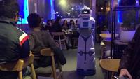 Robot thay thế con người, nghề bồi bàn liệu đang dần biến mất?