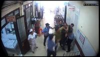 Clip người nhà bệnh nhân lao vào hành hung bảo vệ bệnh viện (ảnh Bệnh viện Đa khoa tỉnh cung cấp)
