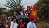 Tân Hoa hậu Hoàn vũ H'Hen Niê về buôn làng bằng xe công nông