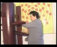 Võ sư Huỳnh Tuấn Kiệt tập luyện với mộc nhân, dùng cùi chỏ phá nát 4 viên gạch