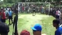 Cổ động viên Brazil vác súng AK tới sân cổ vũ bóng đá
