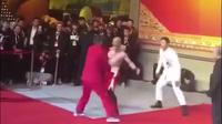 Chấp một tay, võ sĩ quyền anh hạ gục cao thủ võ truyền thống sau… 10 giây