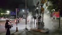 Cháy vòm quảng cáo giữa lòng đường TP Huế, người lưu thông khiếp vía