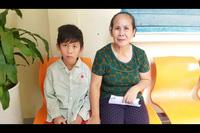 Chị Cao Thị Viễn và con trai Nguyễn Văn Thiện cảm ơn bạn đọc và báo Dân trí