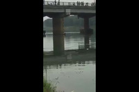 Thời điểm sau khi người thanh niên lao xuống sông cứu cô gái tự tử