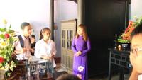 Các em học sinh nghe thuyết minh, thắp hương lên bàn thờ trong ngôi nhà gắn thời thơ ấu Bác Hồ tại Huế dịp 19/5 năm nay