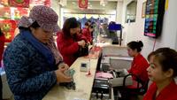 Người dân nô nức đi mua vàng ngày vía Thần tài. Nhiều chủ cửa hàng nhận định doanh số ngày hôm nay sẽ tăng rất mạnh