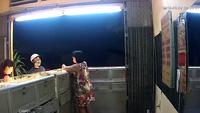 Video tên cướp đập tủ kính cướp tiệm vàng táo tợn tại Bình Dương